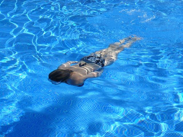 plavání v bazénu.jpg