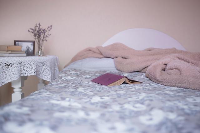 deka a kniha na posteli