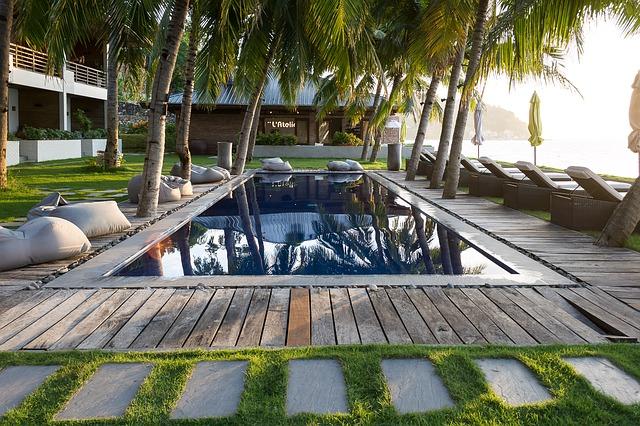 Bazén v přírodním stylu u hotelu