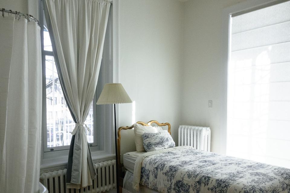 rolety a závěsy v oknech